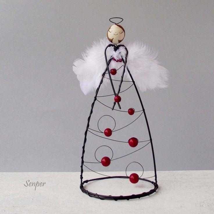 Vánoční+andělka+-+vínová+Drátovaná+figurka+-+soška+andělky+z+černého+žíhaného+drátu+zdobená+keramickou+hlavičkou.+Soška+je+milou+dekorací,+nejen+pro+snílky+:)+Andělku+zdobí+bílá+pírka+a+vínové+skleněné+korálky+(+perličky+).+Rozměry+:+výška+cca+21cm,+průměr+podstavce+cca+9,5+cm.+Original+Senper...