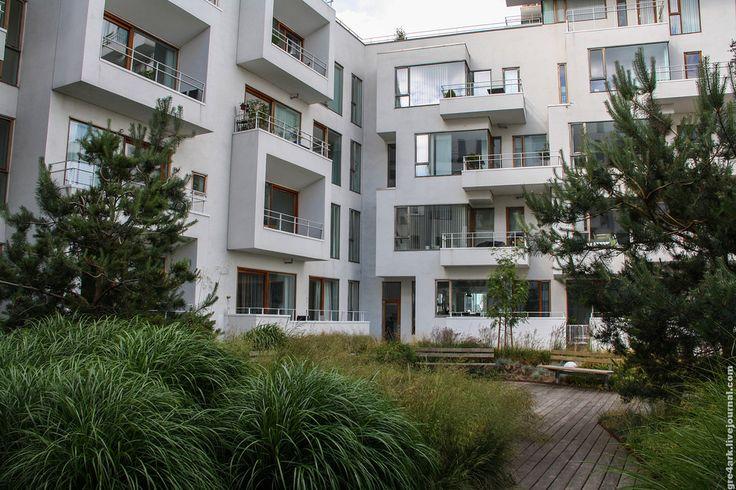 Знаете ли вы, как строят датчане? А я вот знаю - из двух дней в Копенгагене, полтора я провёл просто изучая их современную застройку. Строят ли они муравейники или гетто? Нет. Закрывают ли дворы заборами? Нет. Красят заборы и детские площадки в яркие цвета? Нет. Ну может хотя бы парковка во дворах…
