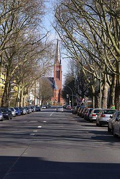 Die evangelische Kirche Zum Guten Hirten auf dem Friedrich-Wilhelm-Platz am östlichen Ende der Wiesbadener Straße