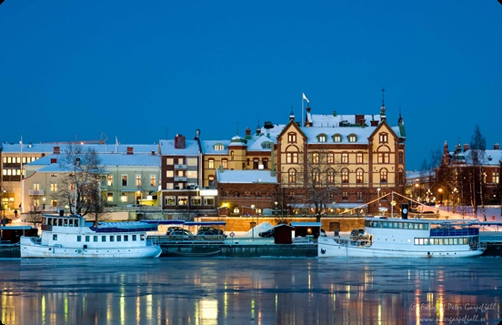 Umeå, med restaurang- och kafébåtar i förgrunden. Fotograf Peter Garpefjäll.
