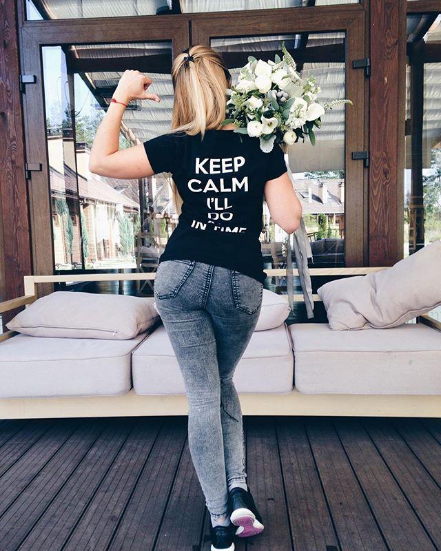 """К нам на свадьбах очень часто подходят и спрашивают: """"Вы успеваете??"""". Теперь мы показываем вот так☝🏻️😂 И говорим Keep Calm, I'll do all in time💪🏻 Ухх какая команда у нас сегодня свадебная 👯 #wedding #weddingart #wedart #красивенько #keepcalm #файнартсвадьба #файнарт #girl #backstage #tshirt #bouquet  #hardworking #l4l #like4like #follow #followme #vsco #vscocam #флористкиев #букеткиев #мы_женим_людей"""