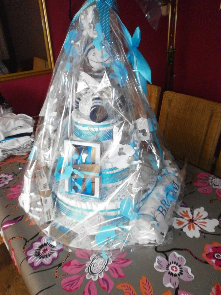 Luiertaart  Als cadeau voor een geboorte van een zoon.  Benodigdheden:  - stevig ondergrond - luiers  (dit formaat  90 stuks) - lint - Verschillende kleine cadeautjes (bestek, zeepjes, speeltjes, lotion/shampoo/olie enz) -  Extra: handdoek met eigen naam.