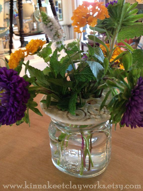 Pizzo bianco vaso Frog arrangiatore di fiore di di KinnakeetClay