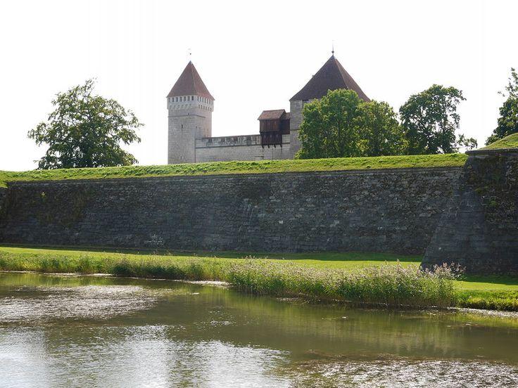 Сааремаа,  Эстония. Замок небольшой, потому как он никогда не был жилым. Здесь размещался центр епископства и сюда приезжали всякие важные духовные лица на разные встречи и просто так, потусоваться.