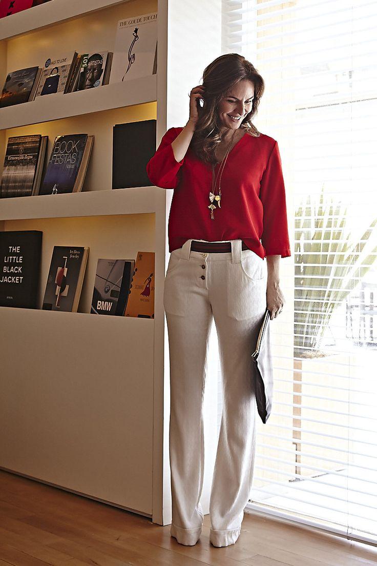 look básico casual e chic! Calça branca, blusa vermelha, maxi clutch e colares longos