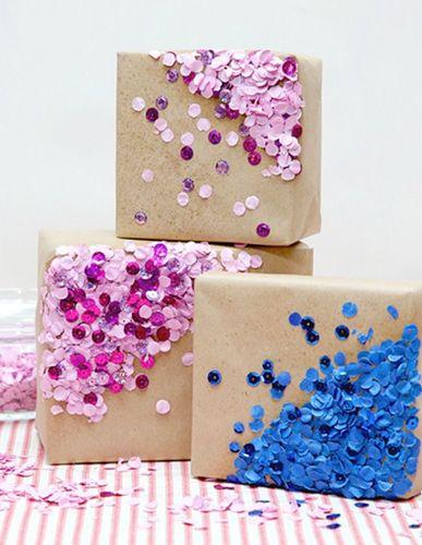 Incartare un regalo con paillettes o coriandoli colorati