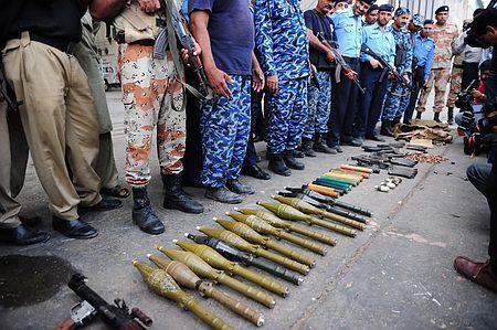 9日、武装集団に襲撃されたパキスタン南部カラチの国際空港で、警察が押収した武器(AFP=時事) ▼9Jun2014時事通信|タリバンが犯行声明=空港襲撃「報復の始まり」-パキスタン http://www.jiji.com/jc/zc?k=201406/2014060900471 #Karachi