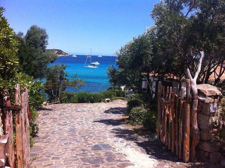 VITALER LIEBLINGSORT: Sardinien wird oft als die Karibik des Mittelmeers beschrieben. Rund um die Insel finden sich die allerschönsten und atemberaubendsten Strände. Zudem bietet Sardinien Berge, dschungelartige Wälder und beeindruckende grüne Täler, also eine optimale Umgebung für Aktivreisen, bei denen Bewegung, Genuss und Erholung im Mittelpunkt stehen.