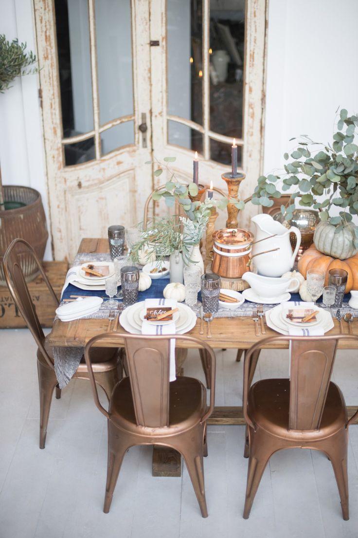 As cadeiras Tolix tem cerca de 100 anos de história, sendo usadas nos mais diversos espaços desde cafés a cozinhas de família, com toda essa experiência se tornou um marco no mundo dos moveis decorativos e hoje em dia sinônimo de beleza quando usado em cores neutras e extremamente descontraídas quando usadas com cores mais ousadas