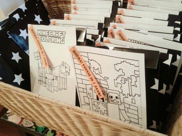 Traktatie voor school: doosje rozijntjes in een papieren zakje met een kleurplaatje er op. Werkt elk jaar weer ♥