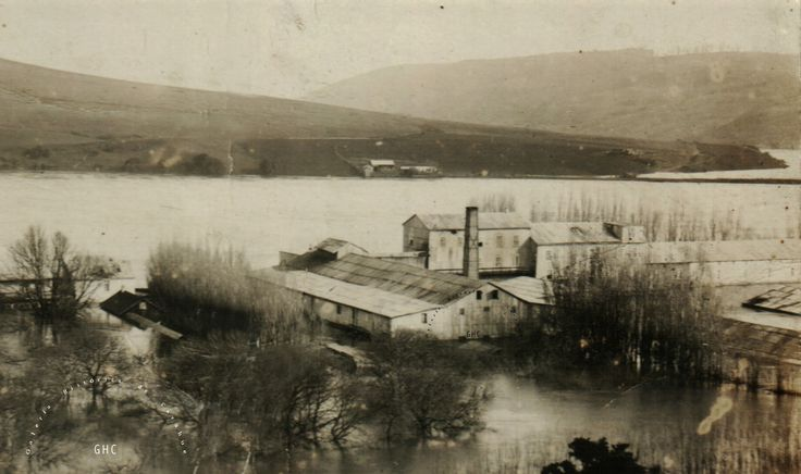 Galería Histórica de Carahue. Memoria Fluvial: Inundación de Carahue, 1922 ------Molino y Aguardentería Valck: Un verdadero complejo industrial que también recibió las inclemencias de la gran inundación de comienzos del siglo XX. #GHC #memoriafluvial  #Valck ---#reverside------#ghc #carahue #memoria #patrimoniofotografico #galeriahistoricadecarahue