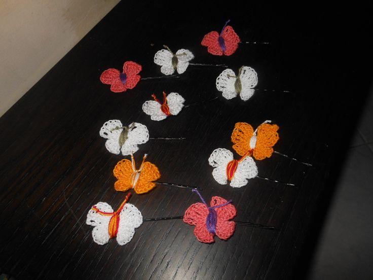 crochet hair-slides, butterflies with glitter / τσιμπιδάκια για τα μαλλιά βελονάκι (πεταλουδίτσες με χρυσόσκονη)