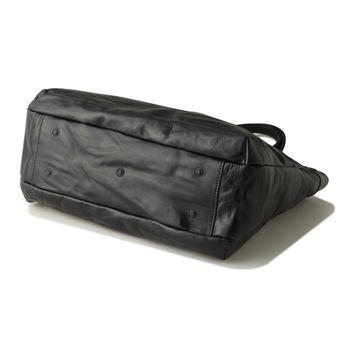 ROSA RODI ローザ ローディ  スタンダードなトートバッグのデザインでありながらもマチを薄くすることでビジネスでもカジュアルでも持つことが出来るトートバッグです。フロントポケットはパスケースや携帯電話などすぐに取り出したい小物を収納できるサイズ感で作られており、デザインだけでなく使い勝手の機能も考えらたバッグです。  サイズ ヨコ×タテ×マチ(mm) 410 x 320 x120 カテゴリー : トートバッグ 原産国 : イタリア製 重量 : 1.1 kg #DanielandBob #bag