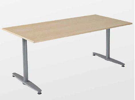 Series[T] is een meubelsysteem dat goed past op werkplekken, maar net zo goed voor vergaderingen, conferenties en pauzeruimtes kan worden gebruikt. U kunt het uitgebreide assortiment tafelbladen, in verschillende vormen met verschillende functies, oneindig combineren. Het systeem is gebaseerd op een sterk en centrale draagstructuur met T- of A-poten. #Kinnarps #SerieT #Bureau