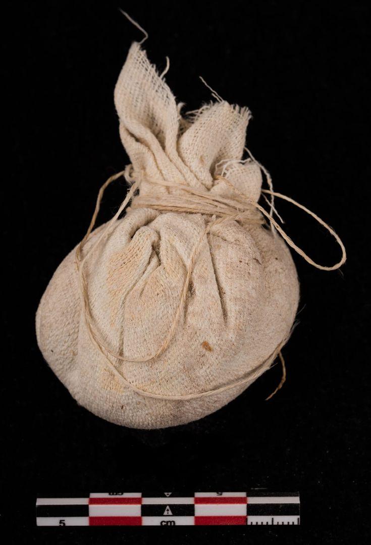 Una de las bolsas de natrón que fueron introducidas en las cavidades del cuerpo del difunto.