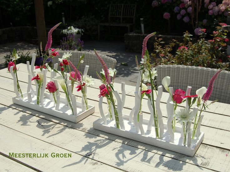 Bruidsdecoratie - modern tafelstuk in roze en wit. www.meesterlijkgroen.nl