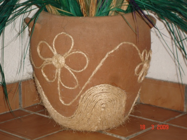Maceta de barro decorada con lazo e Ixtle