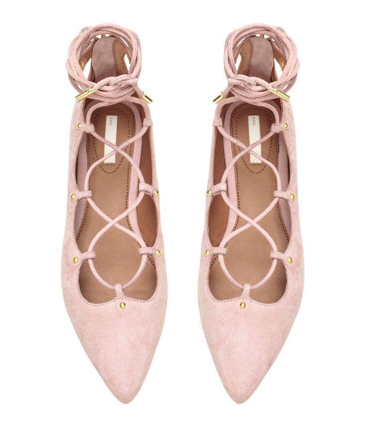 Lys rosa. PREMIUM QUALITY. Ballerinasko i ruskind med spids tå. Har snøring foran med remme, som bindes omkring benet. Lynlås bagpå. For og indersål i læder