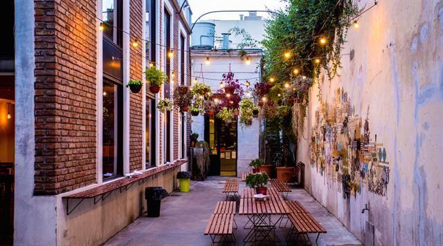 A la mesa con poncho: los restaurantes ofrecen abrigo para comer al aire libre  Benaim, patio al aire libre con ponchos y calefacción.