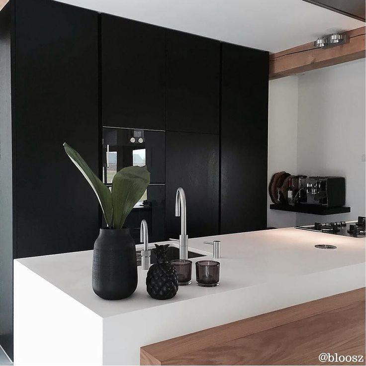 Laat je inspireren door verschillende stijlen en transformeer je keuken! Kijk voor inspiratie in onze top 10 mooiste keukens http://hsfy.nl/top10k3 #woning #stijl #keuken #wit #zwart #muur #mooi #inspiratie #wonen #top10 #interieur #interieurstyling #binnenkijken @bloosz