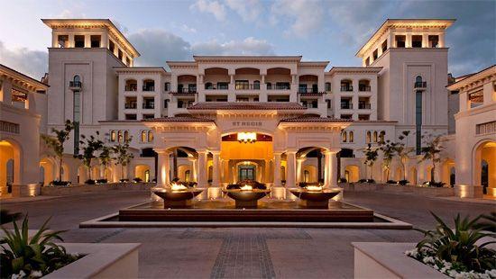 L'hôtel St Régis Saadiyat Island Resort à Abu Dhabi est l'un des plus beaux hôtels du monde. Sur une île destinée à devenir l'un des centres culturel majeurs du Moyen Orient, il se devait d'y avoir un St Régis. Le Saadiyat Island Resort est grand, avec 377 chambres et suites