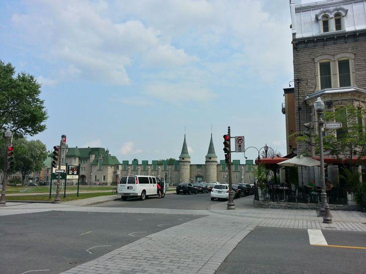 Vue en 2014 de la Place George-V, avec le Manège militaire en arrière-plan et l'Hôtel Château Laurier à droite. (Collection de l'auteur)