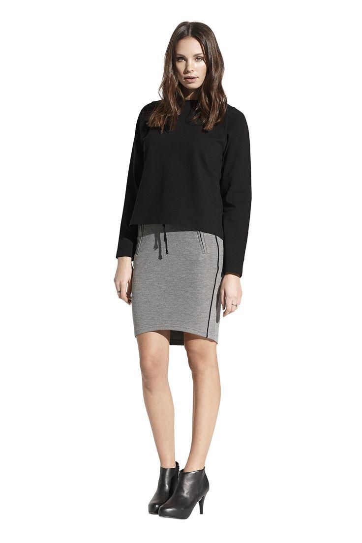 Fatma jersey top og Felicia skirt. Køb det på  http://www.blackswanfashion.dk/ Fatma jersey top and Felicia skirt. Buy it on http://www.blackswanfashion.com/#blacktop #allblackeverything #topwithzipperintheback #longsleevedtop #littleblackdress #loosefittedtop #comfytop #perfecttop #simpletop #chictop #stylishdress #comfytop #relaxtop #elasthanetop #viscosetop #polyamidtop #slimskirt #cottonskirt #polyesterskirt #pipingsoskirt #pipedpockets #ribbonwaistbandinskirt