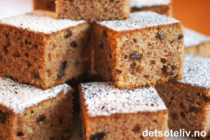 """""""Bondegårdskake"""" er en stor og kjempegod langpannekake med surmelk, krydder og rosiner. Nydelig smak og saftig konsistens! Se også oppskrift på """"Kulturkake med sjokoladekrem"""", som er tilsvarende kake, men dekket med sjokoladeglasur i stedet. Oppskriften er til stor langpanne."""