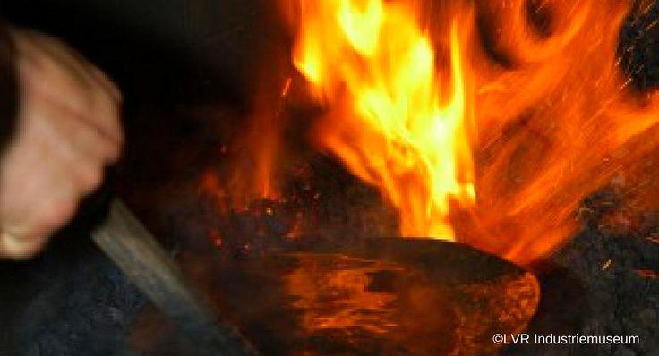 Der Oelchenshammer ist einer der letzten, noch mit Wasserkraft betriebenen Schmiedehämmer im Rheinland. Mit dem idyllischen Stauteich, den Wasserrädern, Hämmern und Essen vermittelt die über 200 Jahre alte Anlage ein lebendiges Bild davon, wie einst mit Feuer und Wasser Eisen zu Stahl veredelt wurde. Hufschmiede zeigen ihr Handwerk; die Natur der Region steht an einer Mitmachstation im Vordergrund und Kunstschmiede erklären die Technik der Metallgießerei. Eine Anmeldung ist nicht…