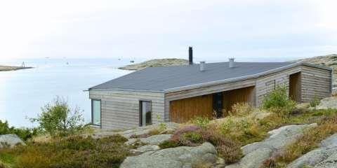 TERRENGTILPASSET: Nybygde hytter av en viss størrelse trenger ikke være prangende. Det er denne hytta på Hvaler et godt eksempel på.