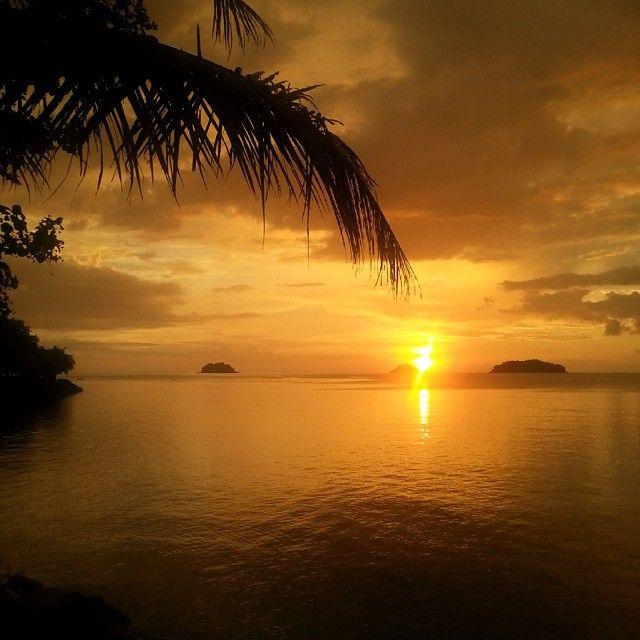 Beautiful sunset in Thailand - Hvem kunne vel ikke tenke seg å avslutte en lang dag her? #kohchang #kaibae #thailand #solnedgang #palmer #strand