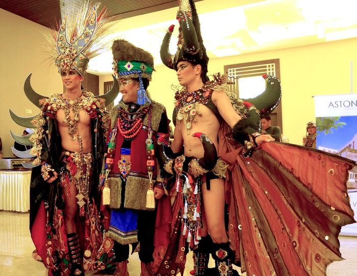 Award winning costumes: Dynand Fariz posed with two male models who were wearing Mystical Toraja (right) and King of Madura costumes that won costume awards international event. (Photo by Icha Rahmanti)