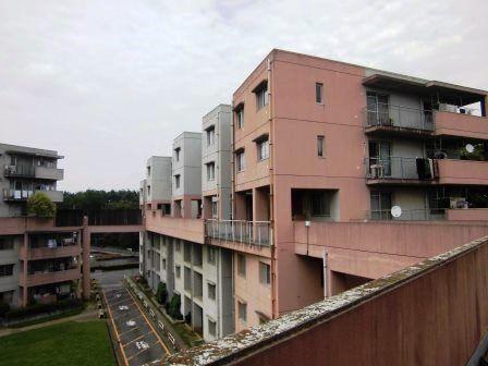 茨城県営松代団地(大野秀敏+三上建築事務所+アプル総合計画事務所)(つくば市)は、中庭を囲む6階建ての4棟の住棟を、4階にある「上の道」と称する回廊でつないだ集合住宅であり、「上の道」は、プレイロットや植栽等のある街路状の空間として機能させることを意図している。