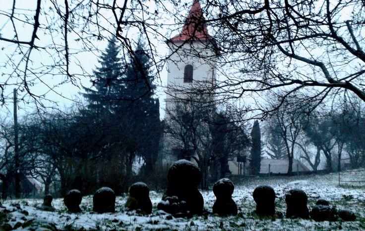 Györgyfalvi református templom, gömbkövek