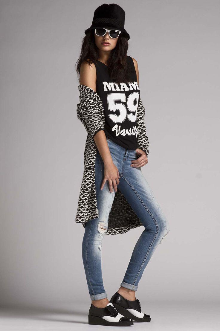 Black and White.  Camiseta deportiva de Jacqueline de Yong. Cardigan de punto grueso de Only. Pantalón denim de MO. Zapatos bicolor estilo gangster de Sixtyseven.