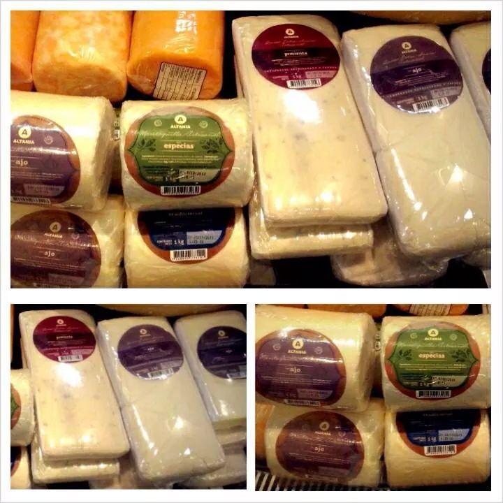 Deliciosos quesos con aderezos de ajo, pimienta, orégano, alba a y tomate