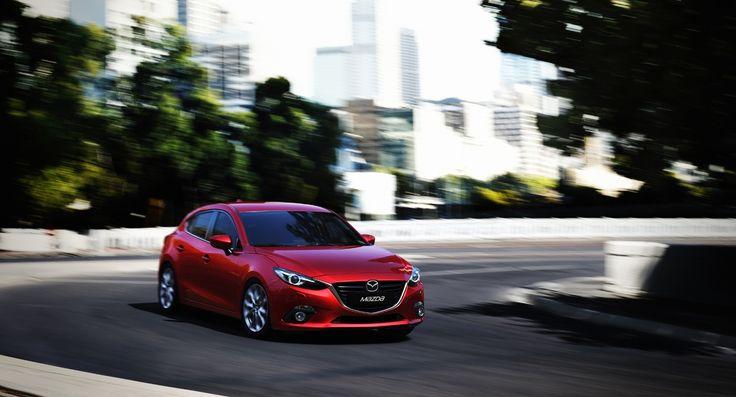 #Mazda sta letteralmente rinnovando la sua gamma, e dopo l'arrivo del #Suv #CX-5 e della berlina 6, è ora il turno della nuova Mazda 3 nel segmento C. Questa nuova vettura si presenta estremamente filante, e nei suoi 446 cm sembra una sorta di coupè, mentre all'interno si respira una buona qualità coadiuvata anche da molti accessori hi-tech, come ad esempio...  Leggi l'articolo intero https://www.facebook.com/photo.php?fbid=584783961571540 (di Gabriele Cascegna - gabriele.cascegna@gmail.com)