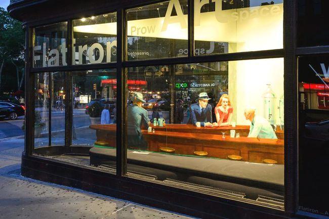 Un chef d'œuvre d'Edward Hopper grandeur nature au Flatiron -  Le célèbre tableau Nighthawks ( Les Noctambules ) d'Edward Hopper a été reconstitué en 3D dans un gratte-ciel de New York.  Connaissancedesarts.com