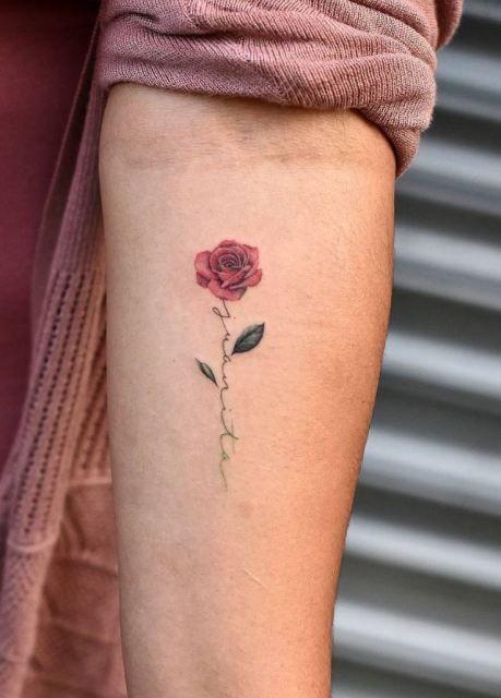 18 idées de tatouage petite rose romantique pour les dames   – Tattoos