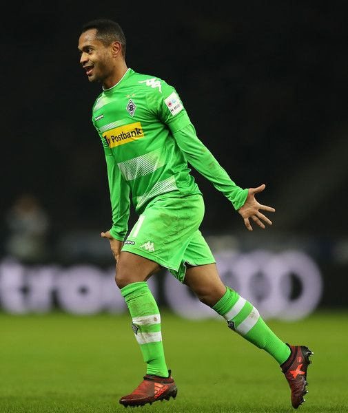 Raffael of Moenchengladbach celebrates after he scored a goal to make it 3:0 during the Bundesliga match between Hertha BSC and Borussia Moenchengladbach at Olympiastadion on November 18, 2017 in Berlin, Germany. - 26 of 61