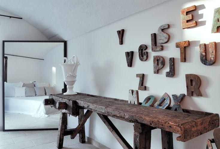 Un ambiente delle lamia per gli ospiti. Nelle foto vedete le ormai famose ceramiche di Enza Fasano, Grottaglie.