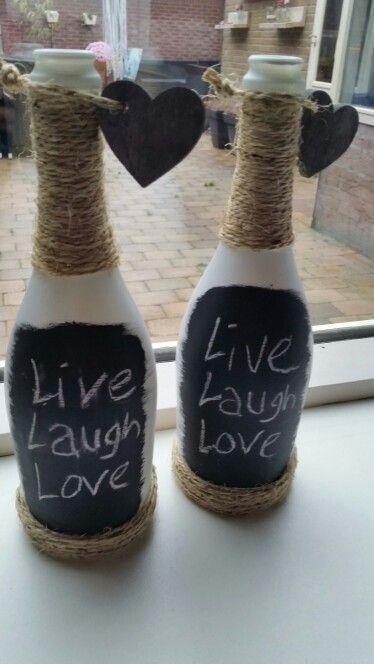 Lege wijnflessen wit spuiten, schoolborden verf erop en omwikkelen met touw! Leuk om weg te zetten voor decoratie of te gebruiken als vaas!