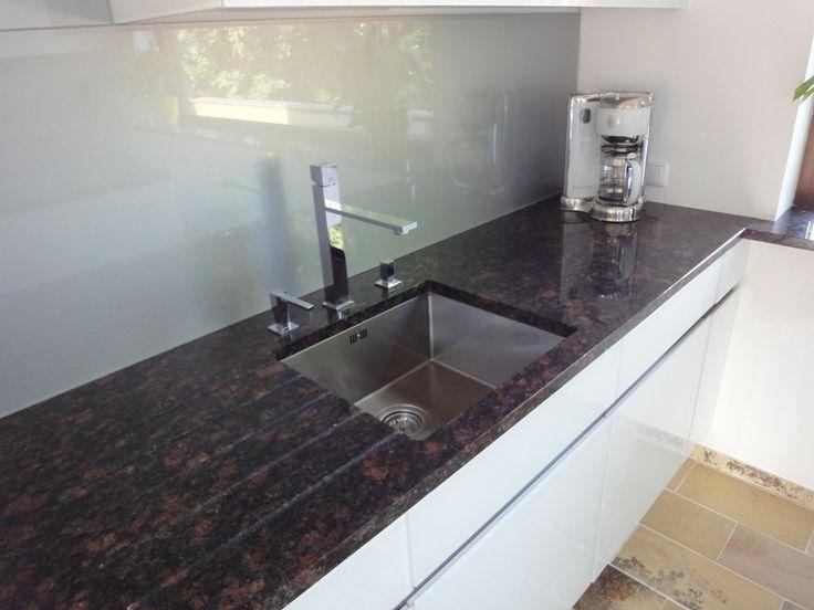 Edle Arbeitsflächen mit eingebauter Spüle - Küche von krumhuber.design  http://krumhuber-design.at/design/kueche
