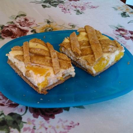 #dietsztához: 35 dkg liszt (15 dkg szénhidrát-csökkentett liszt, 15 dkg rozsliszt, 5 dkg simaliszt) só 1 csomag sütőpor 8 dkg light margarin 1/2 citrom reszelt héja 1 tojás sárgája 2,5 dl víz 1,5 kupak folyékony édesítő 1 tk vanília-aroma A töltelékhez: 50 dkg túró 1/2 darab citrom leve és reszelt héja 1 tk folyékony édesítő vanília-aroma ízlés szerint 1 darab tojás 1 darab tojásfehérje habnak só 1 csomag pudingpor (vaníliás, főzős) 4 dl joghurt (natúr, sovány) 5 db barack (szeletelve) #diet…