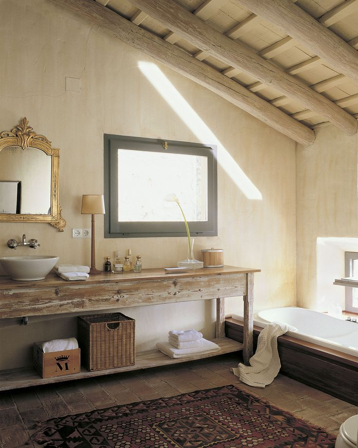 Restaurado y decapado. Un original bajolavabo. Este viejo aparador de aire provenzal se ha decapado para convertirlo en mueble del baño.