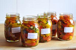 Altra ricetta e altra conserva, stavolta di peperoni. Procedimento lungo, ma se volete un contorno gustoso sempre disposizione ne vale la pena