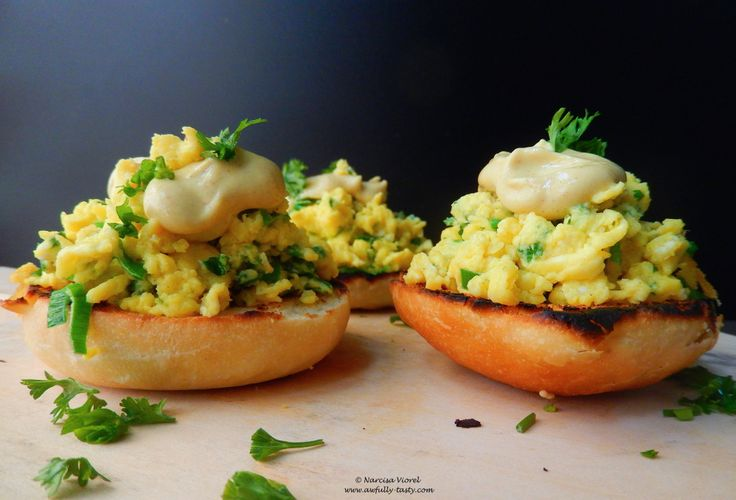Ouă jumări cu cheddar în chifle rumenite și muștar Dijon.   Scrambled eggs with cheddar and leek, served on grilled soft butter rolls with Dijon mustard on top. Perfect for breakfast or brunch.