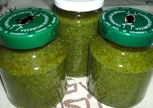 Pesto genovese bimby   80g di foglie di basilico, 50g di parmigiano, 30g di pecorino, 30g di pinoli, 150g di olio extra vergine d'oliva, 1 spicchio d'aglio, sale q.b.  Lavare e asciugare delicatamente le foglie di basilico cercando di non ammaccarle. Mettere nel boccale gli ingredienti tranne olio e sale, frullare 20 sec. vel. 7. Unire l'olio e il sale, emulsionare 20 sec. vel. 7.