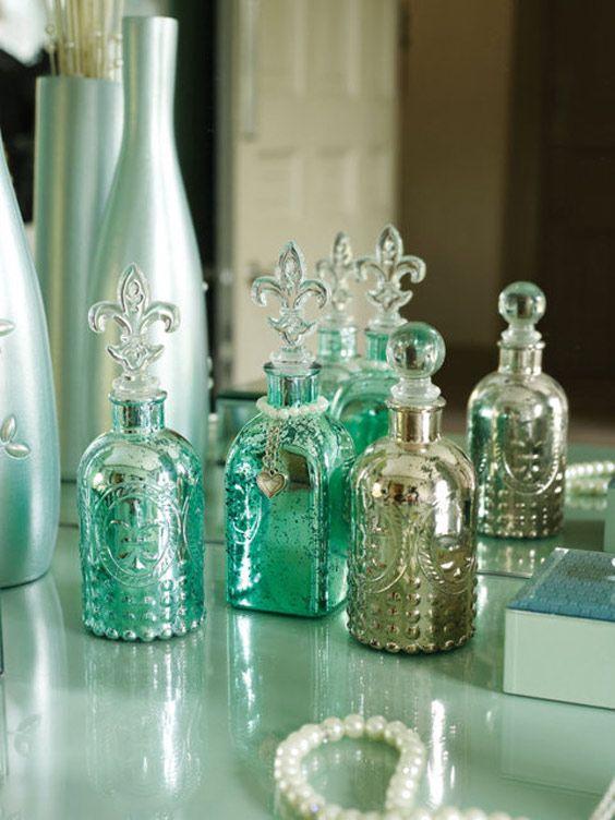 Potinhos de perfume antigos na decoração. Um detalhe que dá o charme!  www.achicaliving.com