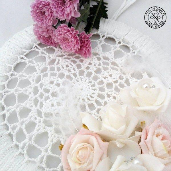 Fehér-rózsaszín álomfogó - 5990 Ft  Nagyméretű álomfogó fehér és rózsaszín kombinációban. A fali dekoráció fakarikán, horgolt alappal készült habrózsák, saját öntésű kerámiagyöngyök, fehér madártollak, hímzőfonal és különféle akrilgyöngyök felhasználásával. Nagyon bájos, kis és nagy hercegnők ágya fölé készült. Az álomfogó méretei: hossza az akasztó nélkül: 70 cm (leghosszabb pontnál mérve), a karika átmérője: 30 cm